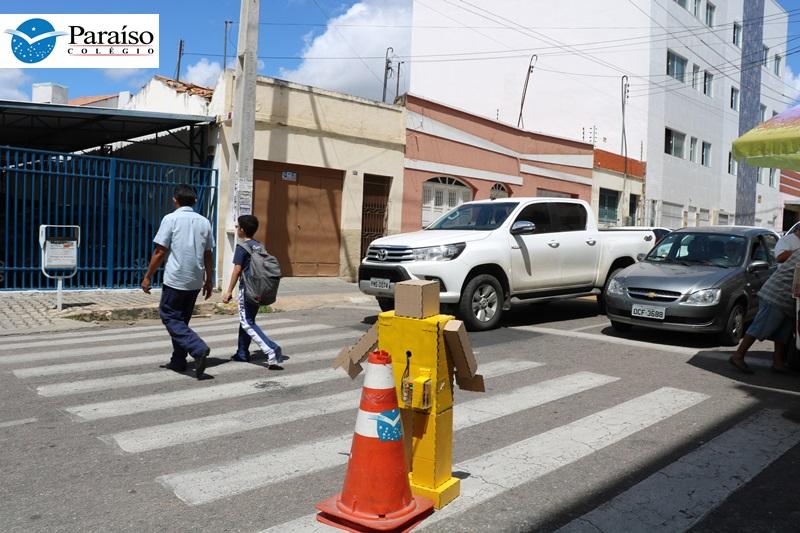 Alunos montam robô para fiscalizar o trânsito em frente à escola